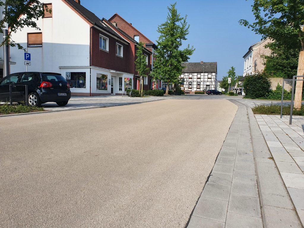 Fahrbahndecke in der neuen Ortsmitte wird beschichtet